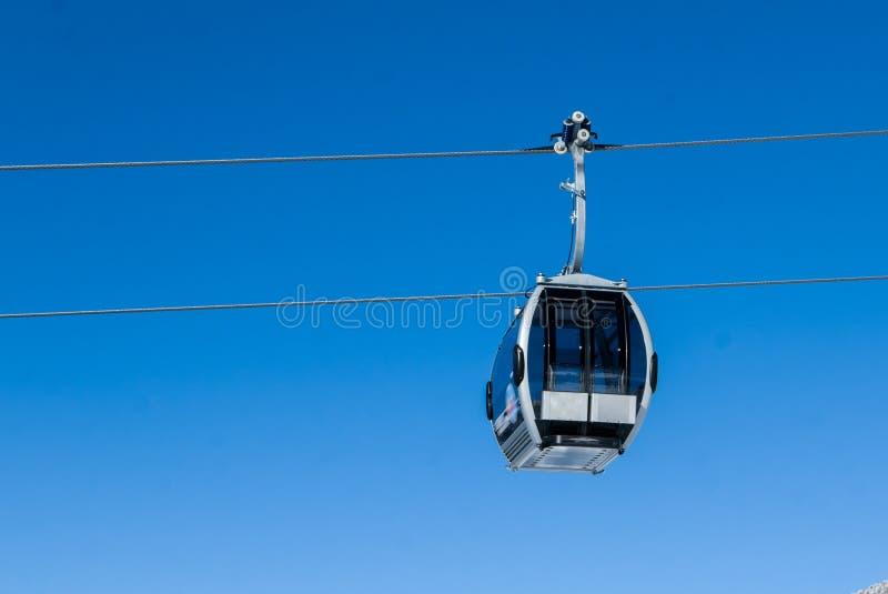 Download Kabelwagen In Alpiene Skitoevlucht Stock Afbeelding - Afbeelding bestaande uit gondola, achtergrond: 107705595