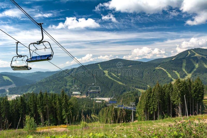 Kabelwagen in de skitoevlucht De zomervakantie in de bergen stock afbeelding
