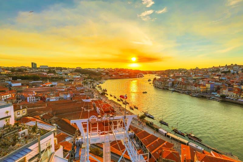 Kabelwagen in de stad van Porto stock afbeeldingen
