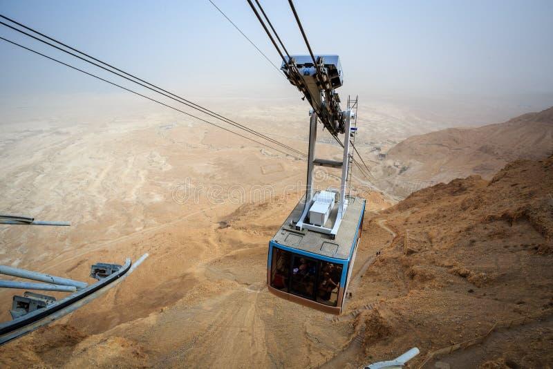 Kabelwagen die naar beroemde Masada, Dood Overzees Gebied gaan royalty-vrije stock foto
