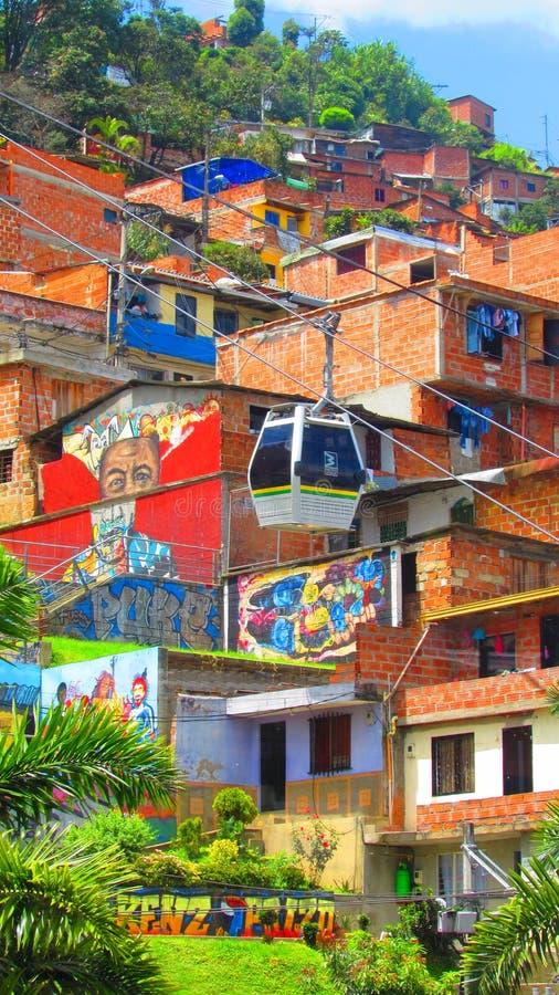 Kabelwagen en graffiti in de krottenwijken van medellin, Colombia royalty-vrije stock afbeelding