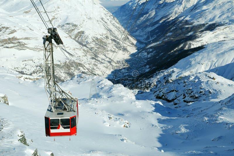 Kabelwagen op sneeuwberg royalty-vrije stock fotografie