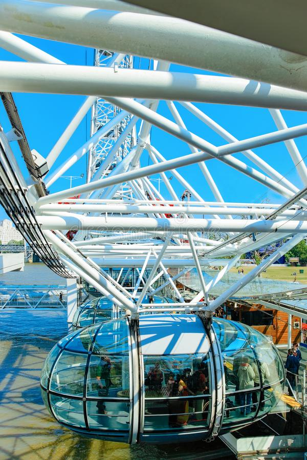Kabelwagen van London Eye Ferris Wheel Thames River London royalty-vrije stock fotografie