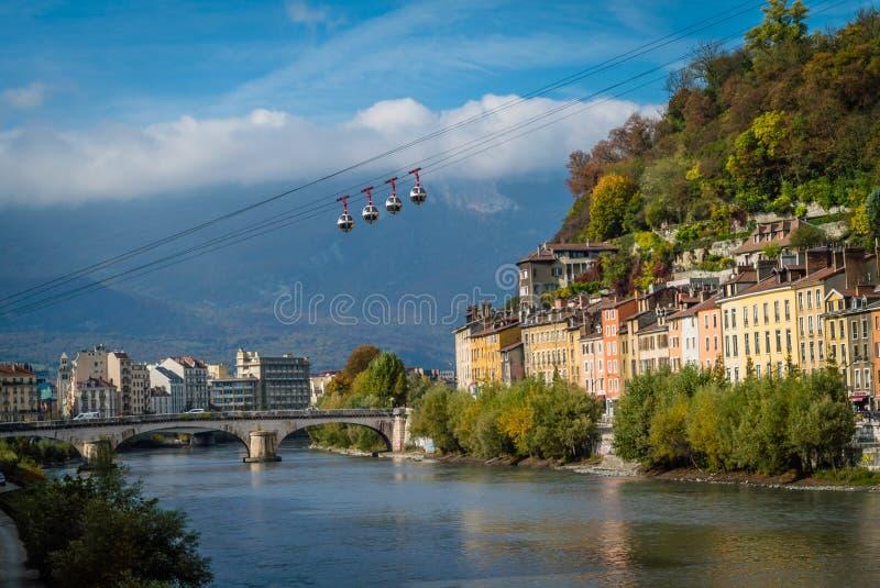Kabelwagens in Grenoble over de Isere-rivier royalty-vrije stock afbeelding