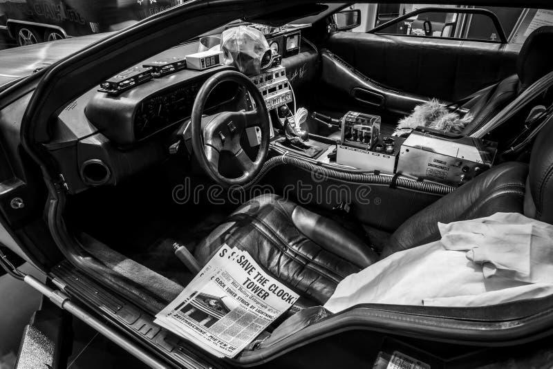 Kabin av den DeLorean tidmaskinen tillbaka till den framtida koncessionen som baseras på en DeLorean DMC-12 sportbil royaltyfri fotografi