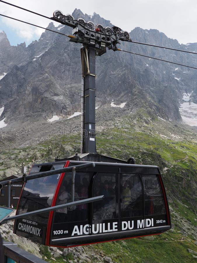 Kabin för kabelbil med turister på AIGUILLE DU MIDI på det höga franska bergskedjalandskapet på europeiska FJÄLLÄNGAR - lodlinje royaltyfria bilder