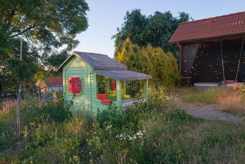 Kabin för lekstuga för barnungehus i trädgård royaltyfria bilder