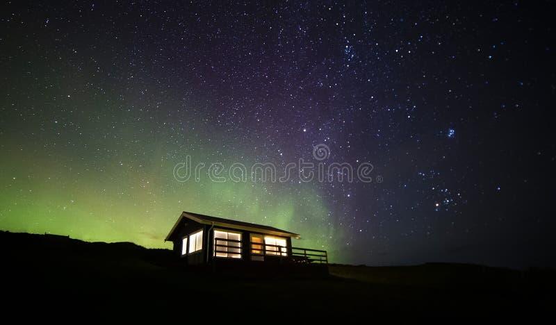 Kabin för nordliga ljus fotografering för bildbyråer