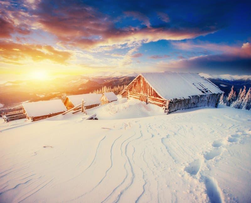 Kabin i bergen i vinter royaltyfri foto