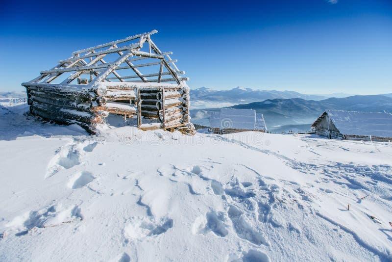 Kabin i bergen i vinter royaltyfria bilder