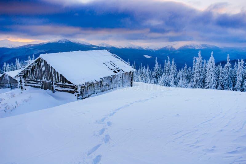 Kabin i bergen i vinter arkivbilder