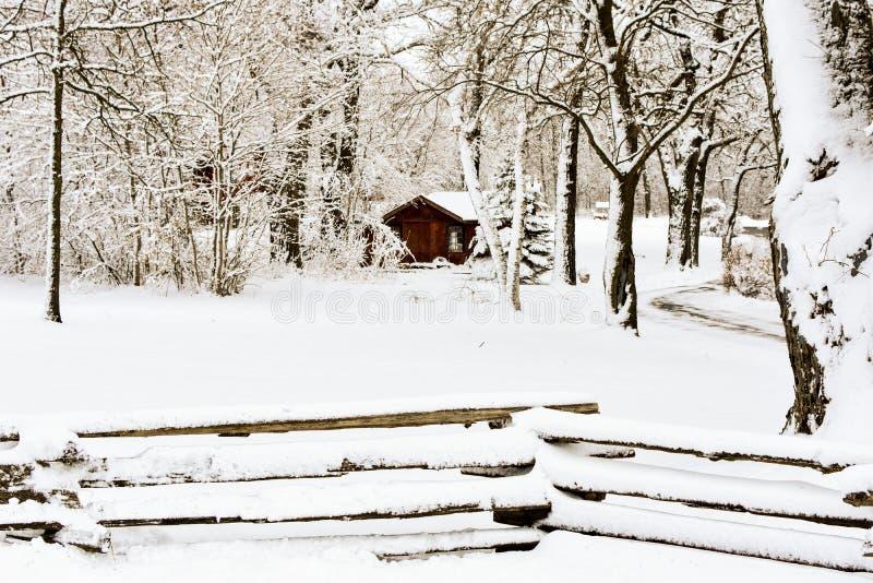 Kabin i en vinterunderland med staketet fotografering för bildbyråer