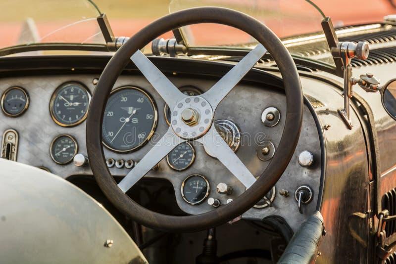 Kabin/instrumentbräda av en retro Bugatti tappningsportbil arkivbilder