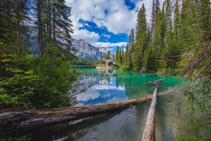 Kabina przy Szmaragdowym jeziorem w Kanadyjskich Skalistych górach obraz stock