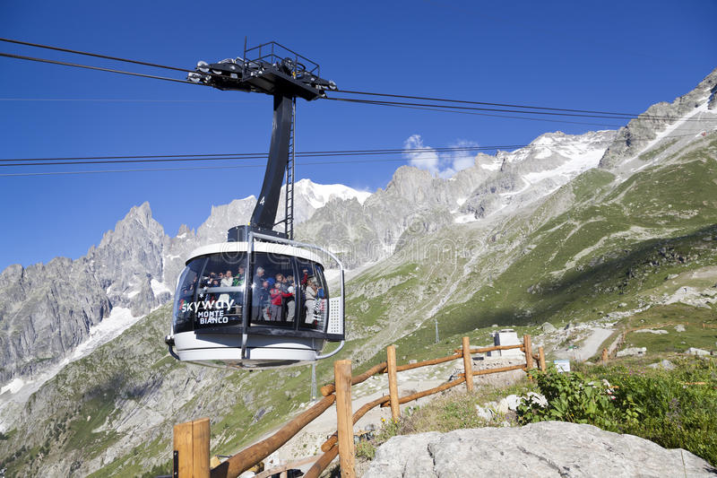 Kabine der neuen Kabelbahn SKYWAY MONTE BIANCO auf der italienischen Seite von Mont Blanc stockfotografie