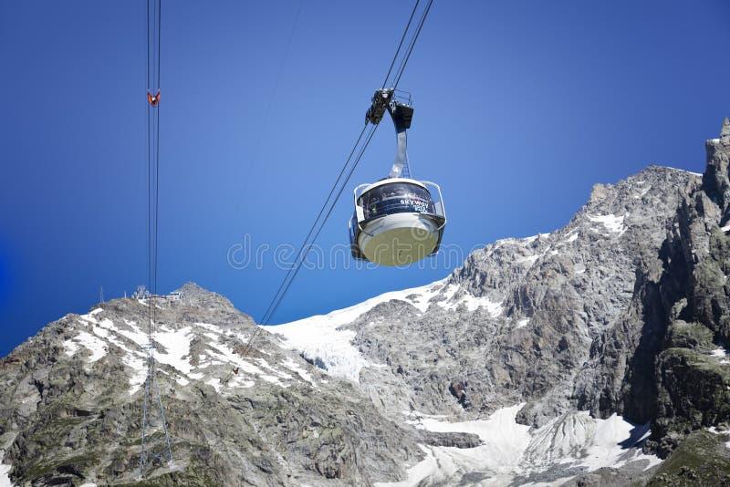 Kabine der neuen Kabelbahn SKYWAY MONTE BIANCO auf der italienischen Seite von Mont Blanc lizenzfreie stockfotos