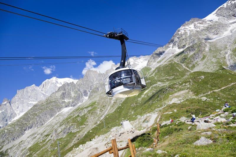 Kabine der neuen Kabelbahn SKYWAY MONTE BIANCO auf der italienischen Seite von Mont Blanc lizenzfreie stockfotografie