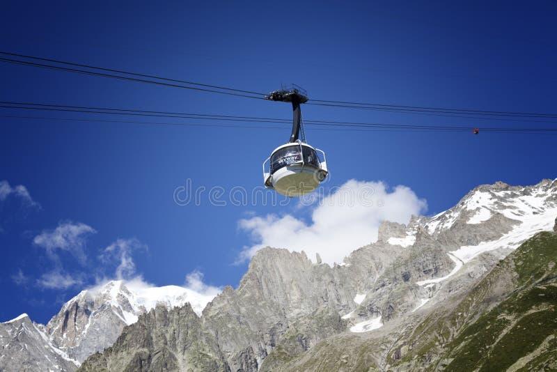 Kabine der neuen Kabelbahn SKYWAY MONTE BIANCO auf der italienischen Seite von Mont Blanc lizenzfreie stockbilder