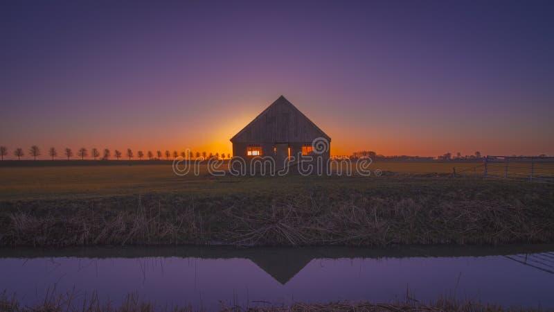 Kabine an einem Feld im beemster, Holland stockfotos
