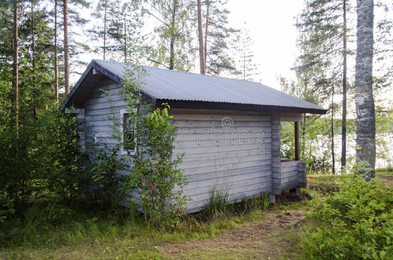 Kabine im Wald nahe dem See lizenzfreie stockfotografie