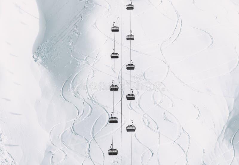 Kabiner för kabel för bergbana för stil för vinterlandskap minsta och snöig berg arkivbilder
