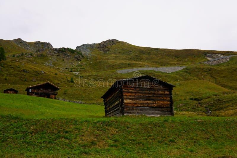 Kabiner som lokaliseras i de österrikiska fjällängarna royaltyfri foto