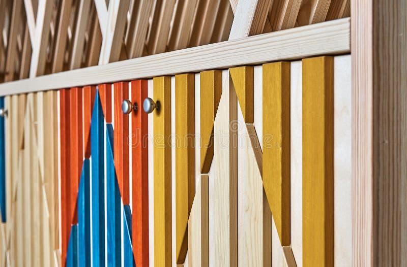 Kabinet met multi-colored voorzijden en planken royalty-vrije stock fotografie