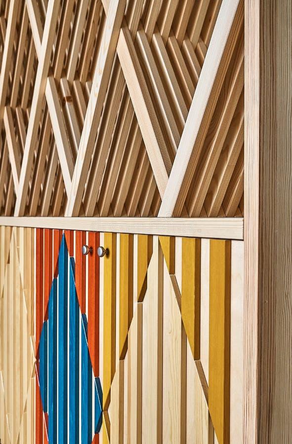 Kabinet met multi-colored voorzijden en planken stock afbeelding