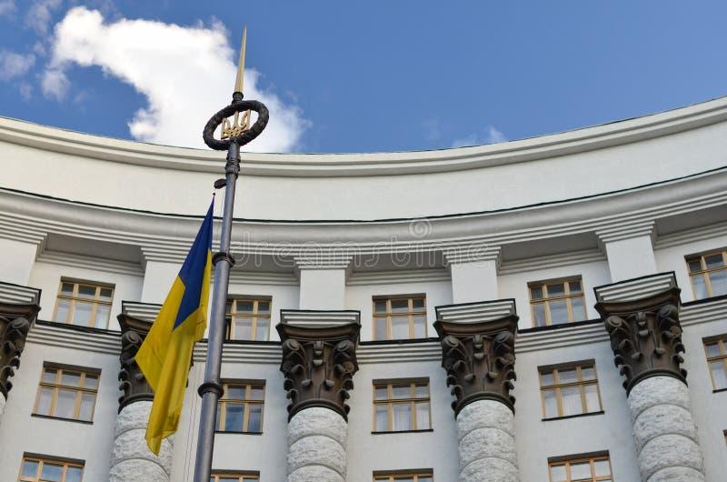 Kabinett av ministrar och flagga av Ukraina royaltyfri fotografi