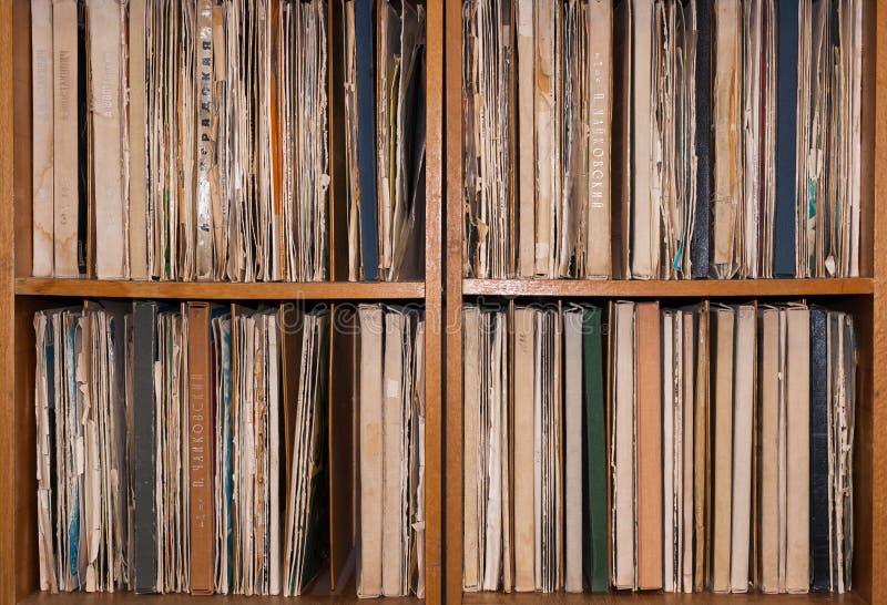 Kabinett med gamla vinylrekord royaltyfri bild