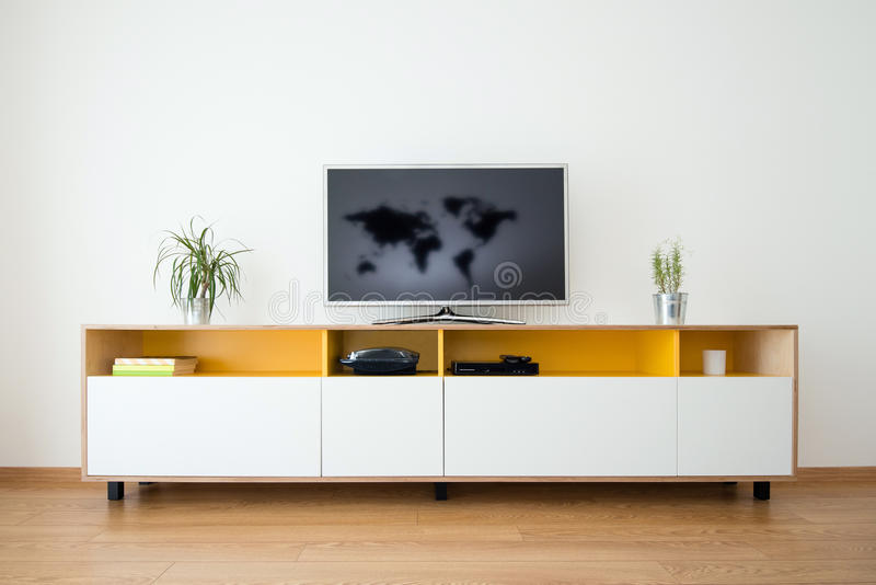 Kabinett mit Fernsehen auf die Oberseite lizenzfreies stockbild