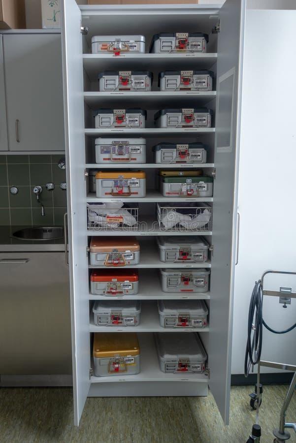 Kabinett voll von chirurgische Instrumente Behälter lizenzfreies stockbild