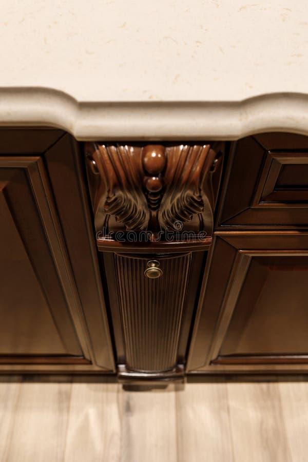 Kabinetten moderne keuken met houten details stock foto
