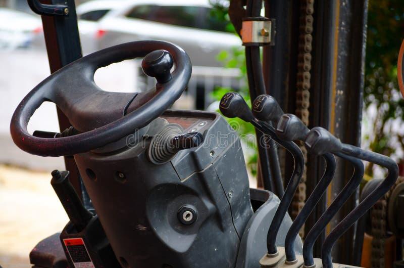 Kabinowa forklift ciężarówka z dźwigniami i kierownica kontrolerem zdjęcie stock
