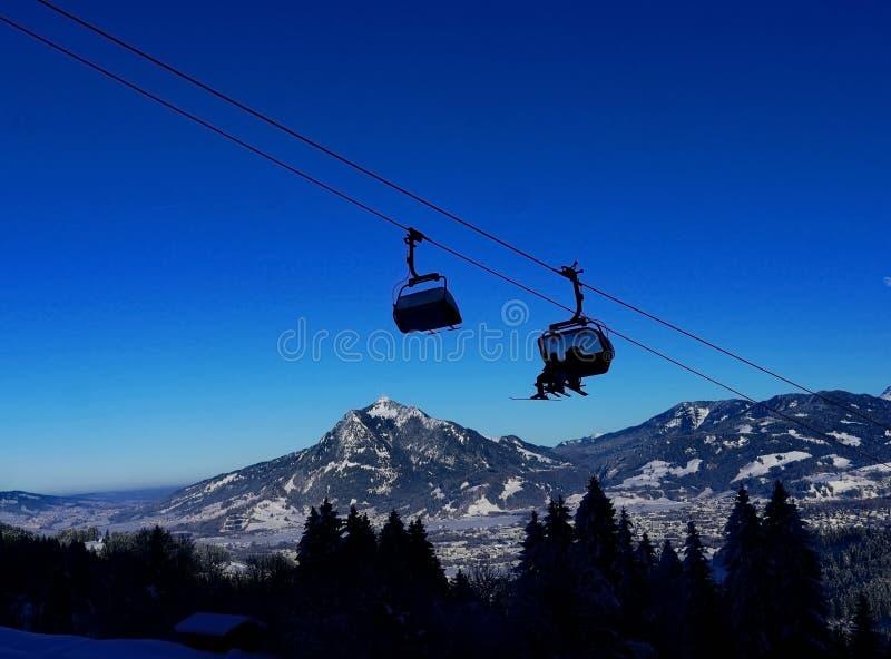 Kabinowy dźwignięcie w zimie przy ośrodkiem narciarskim obrazy royalty free