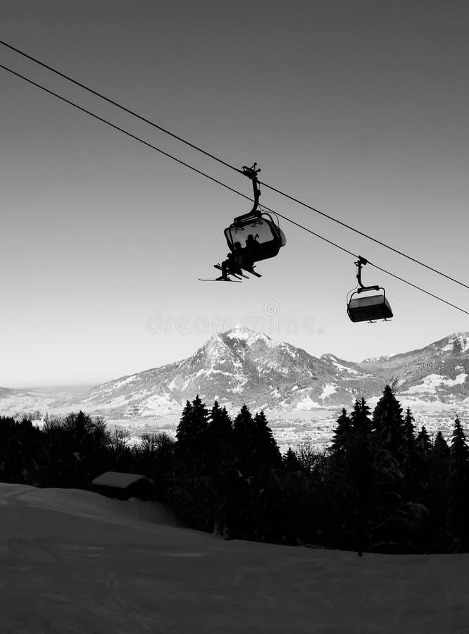 Kabinowy dźwignięcie w zimie przy ośrodkiem narciarskim zdjęcie stock