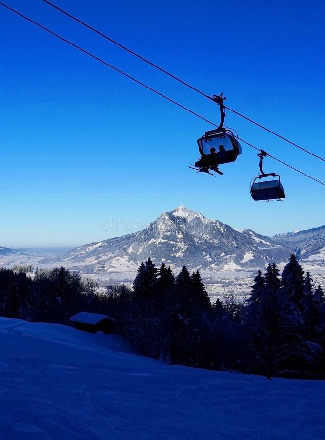 Kabinowy dźwignięcie w zimie przy ośrodkiem narciarskim obraz royalty free