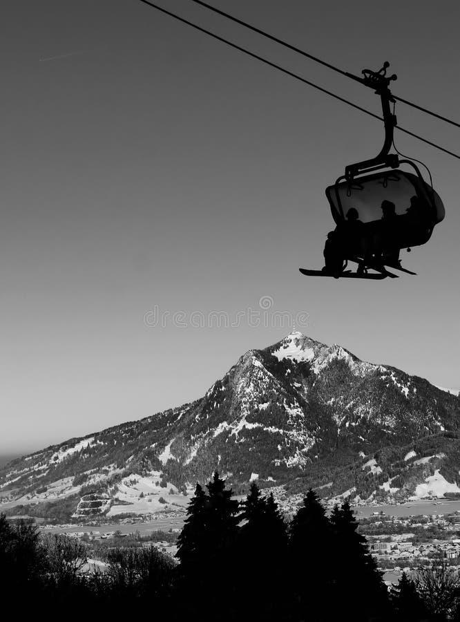 Kabinowy dźwignięcie w zimie przy ośrodkiem narciarskim zdjęcia royalty free