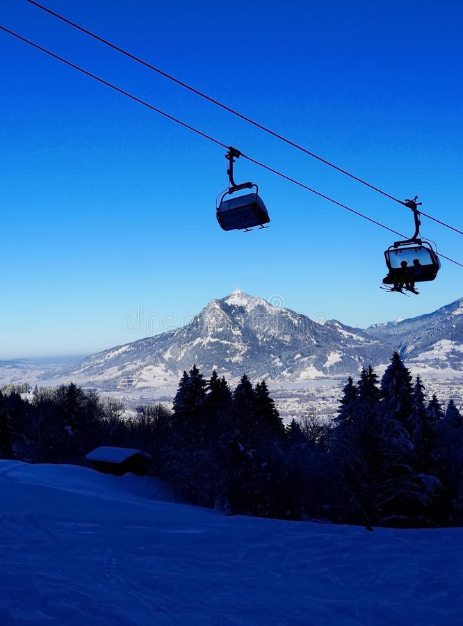 Kabinowy dźwignięcie w zimie przy ośrodkiem narciarskim obraz stock