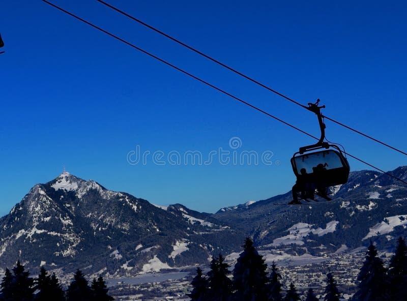 Kabinowy dźwignięcie w zimie przy ośrodkiem narciarskim obrazy stock
