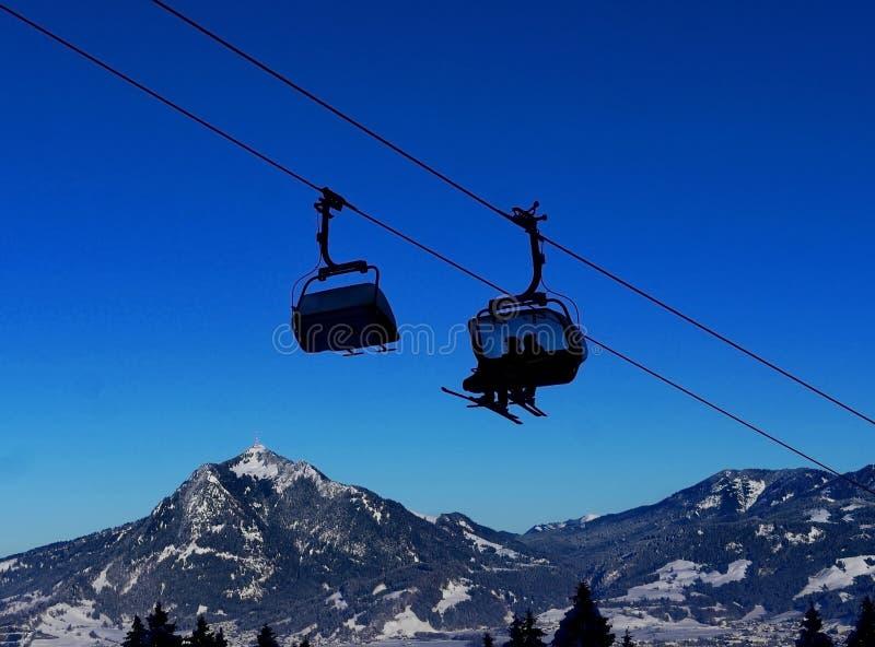 Kabinowy dźwignięcie w zimie przy ośrodkiem narciarskim fotografia stock