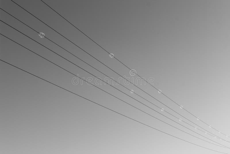 Kablar för hög spänning från hörnet som ska tränga någon royaltyfri fotografi