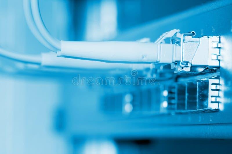 kablar förband den optiska strömbrytaren för fiber till fotografering för bildbyråer