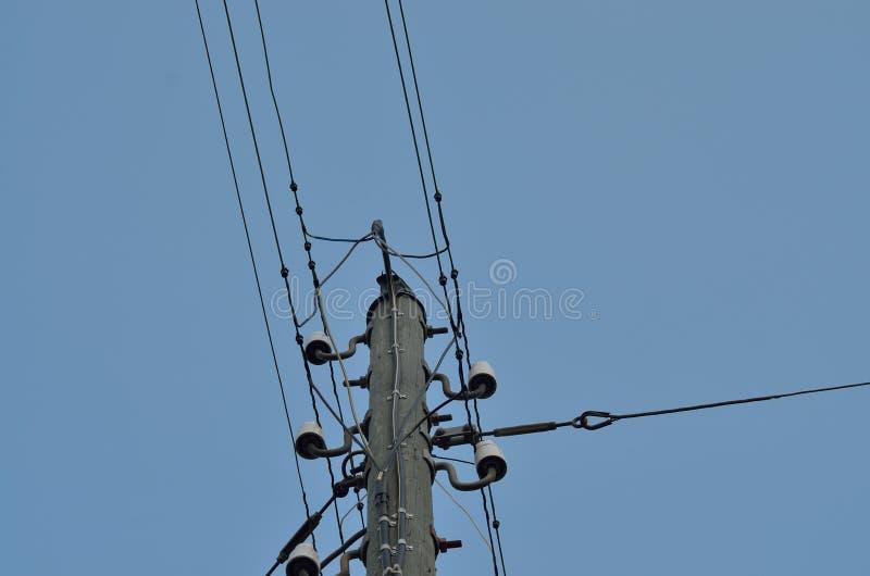 Kable i elektryczny słup przy zmierzchem fotografia stock