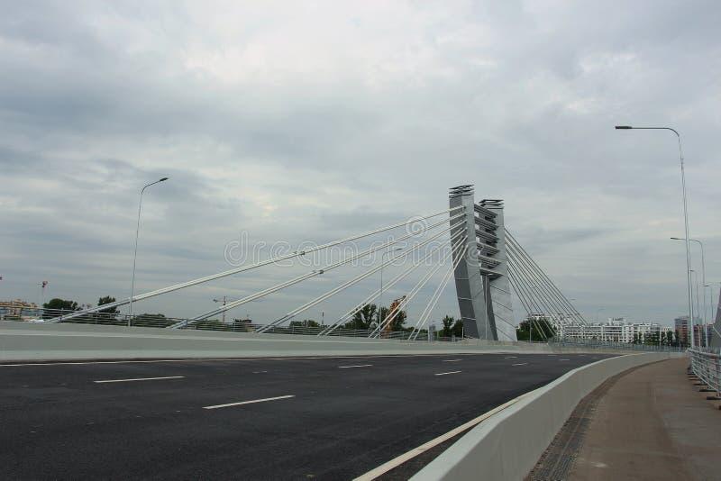 Kablowy most pod chmurnym niebem obrazy stock
