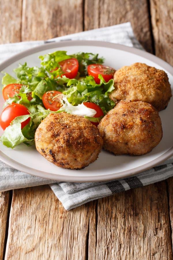 Kabonader o krebinetter danese del tortino della carne di maiale con i clos freschi dell'insalata immagini stock libere da diritti