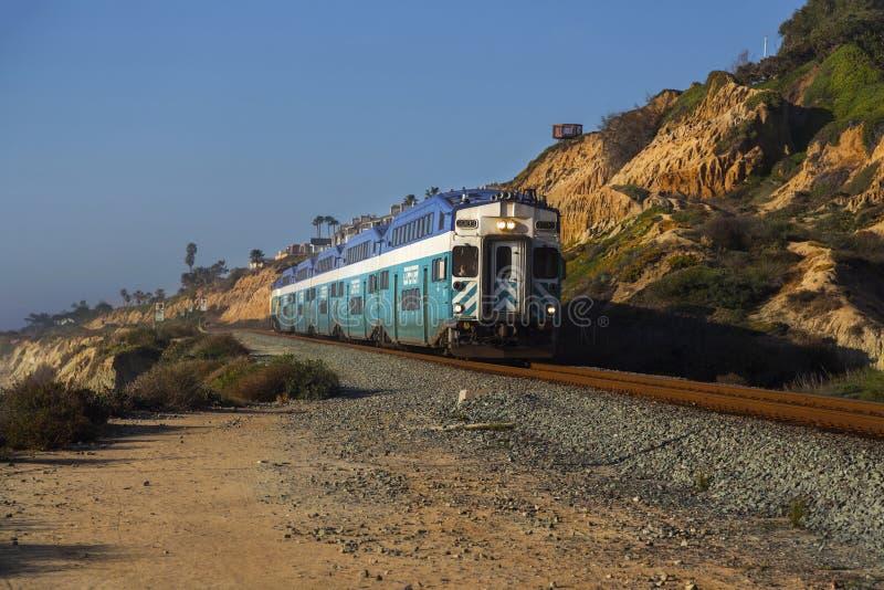 Kabotażowiec kolejka przechodzi blisko Del Mącący w San Diego okręgu administracyjnym zdjęcia royalty free
