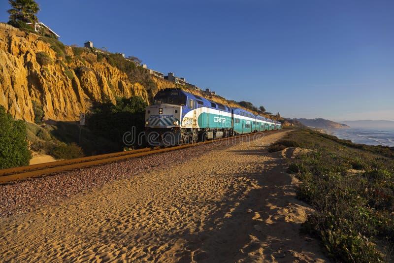 Kabotażowiec kolejka przechodzi blisko Del Mącący w San Diego okręgu administracyjnym zdjęcie royalty free
