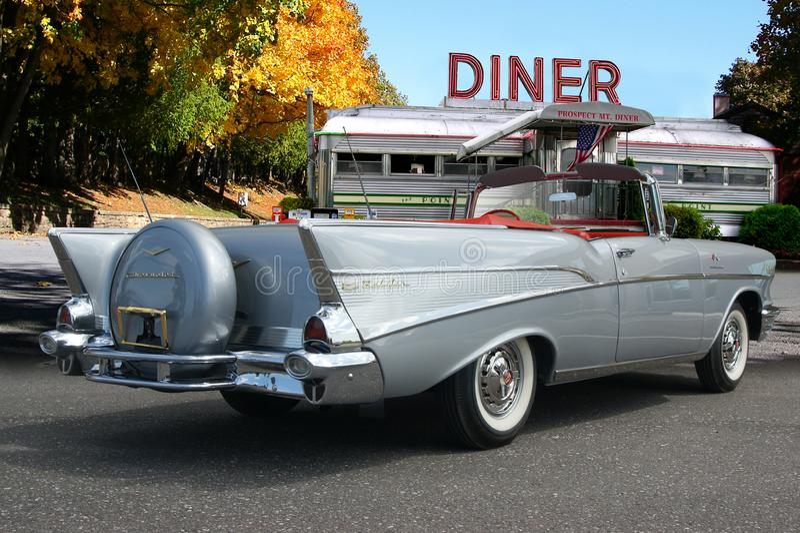 Kabriolett 1957 Chevrolets Bel Air geparkt am Weinleserestaurant lizenzfreies stockbild