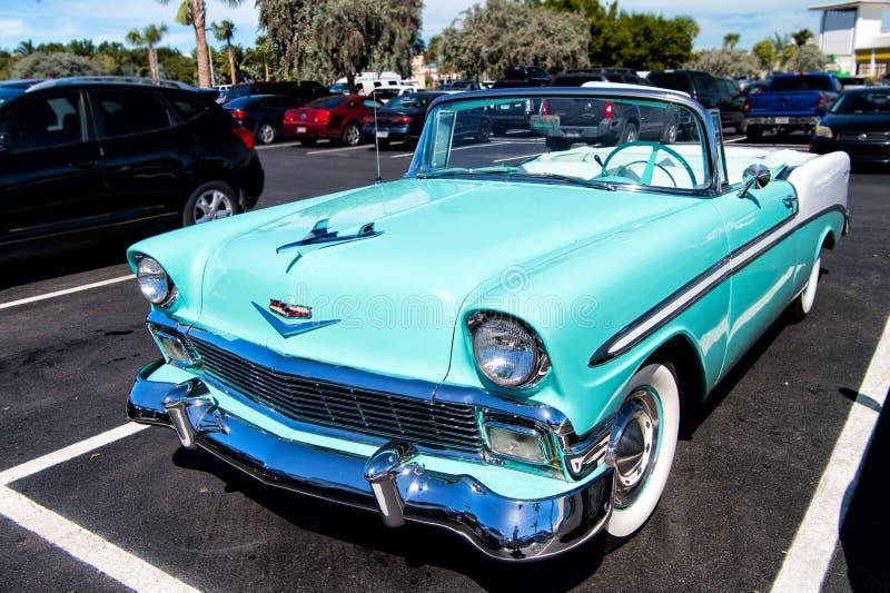 Kabriolett Chevrolets Bel Air Retro- blaues Auto lizenzfreie stockfotografie